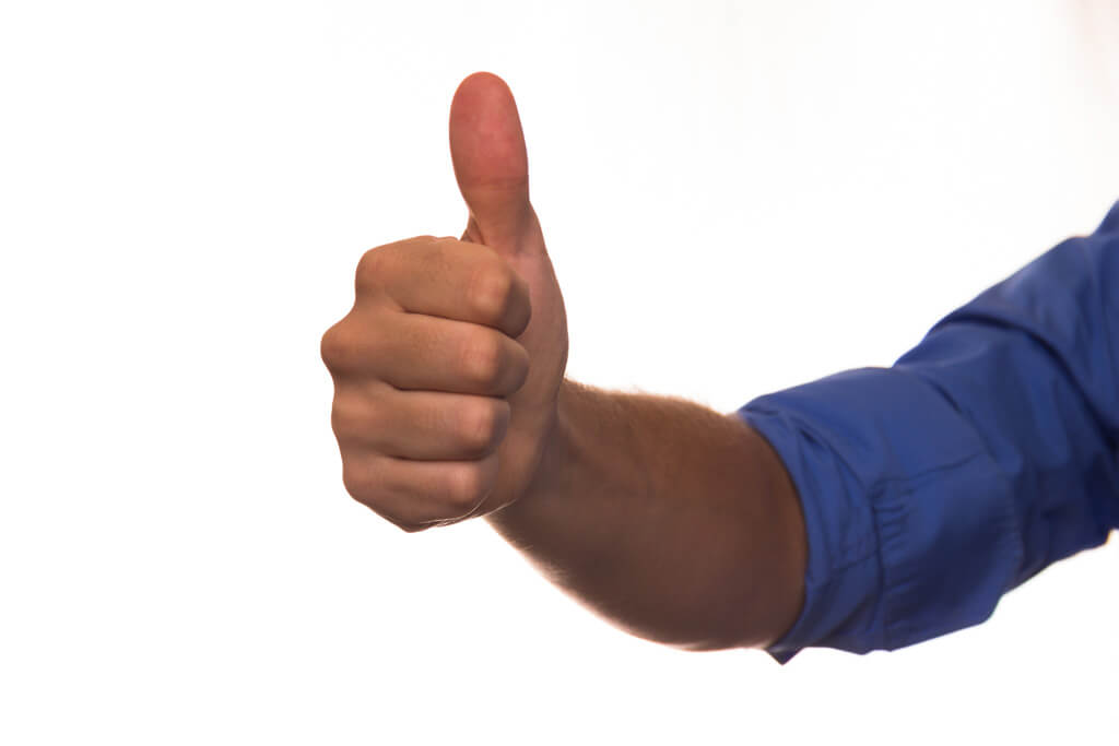 親指を立てる外国人男性