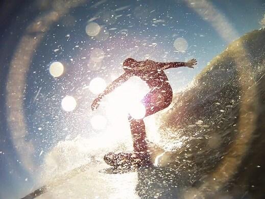 サーフィンを趣味として行う人