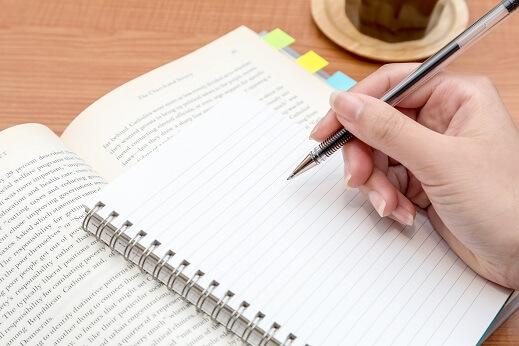ノートを使って英語を勉強する大学生