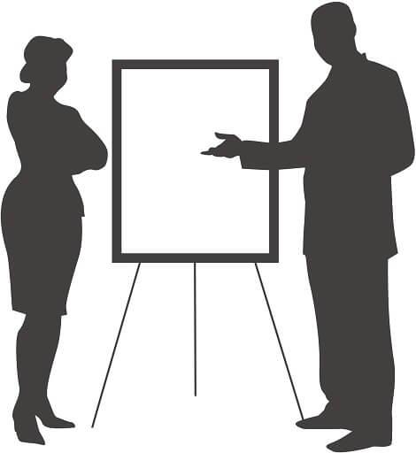 女性にスパルタ教育を施す英会話の個人指導の様子