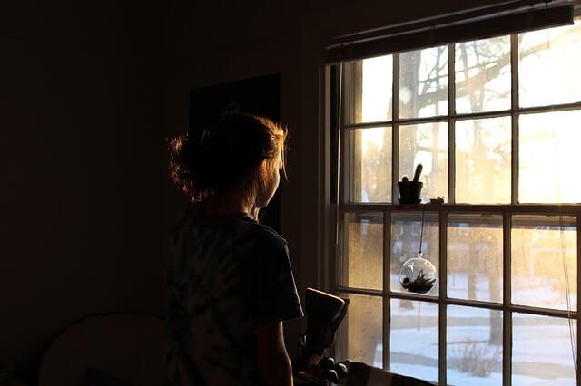英会話スクールに通っても英語が話せず、窓の外を見る少女