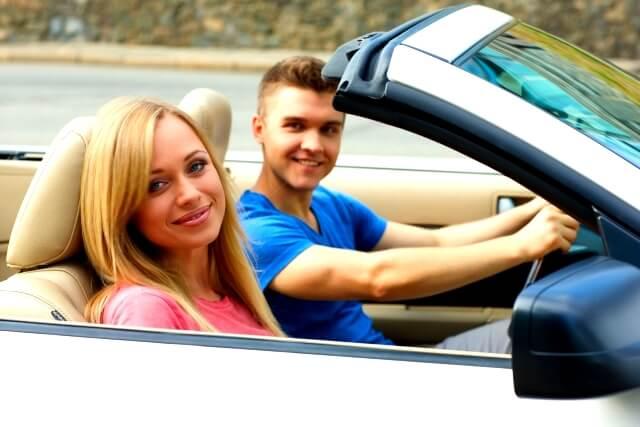 ドライブを楽しむ外国人カップル