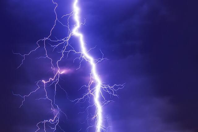 闇夜に轟く雷