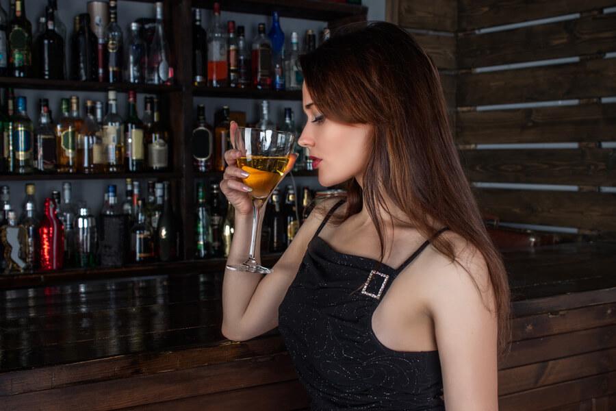 バーカウンターでグラスを傾けるロシア人女性