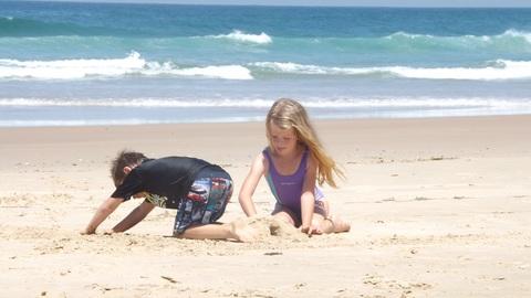 無邪気にビーチで遊ぶこどもたち