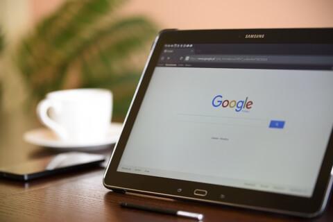 Googleが表示されたタブレットと珈琲