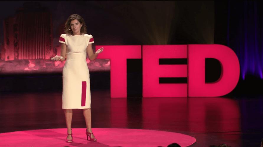 TEDでスピーチをする海外女性