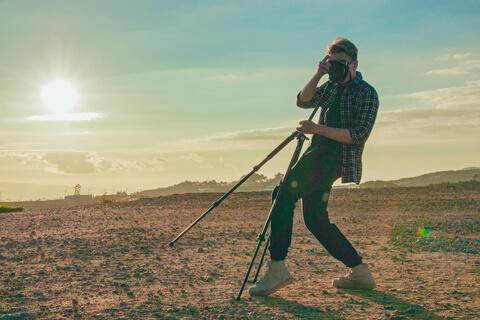 カメラをこちらに向ける外国人男性