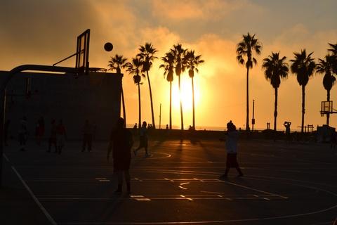 夕暮れのバスケットボール