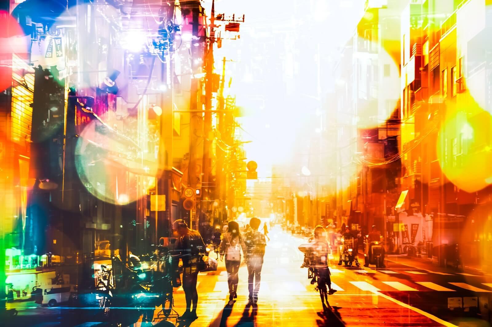 虹色にきらめく街並み