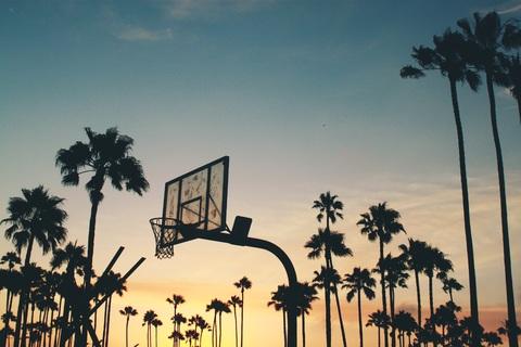 夕暮れのバスケットゴール