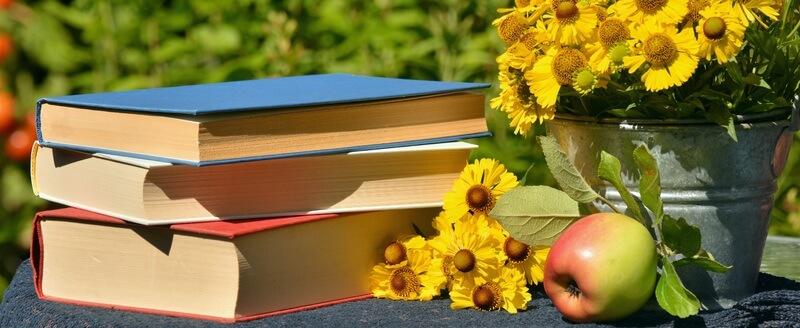 書籍とリンゴと黄色い花
