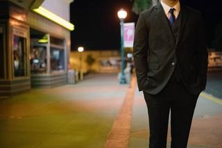 夜のストリートを歩く会社員