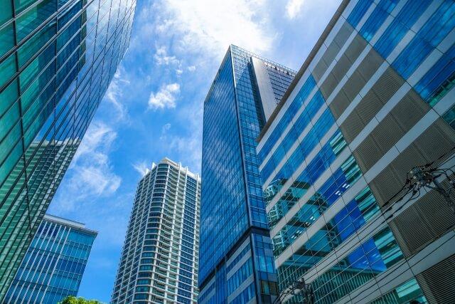 青空とオフィスビル街