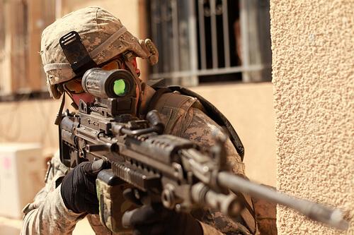 ライフル銃を構える兵士